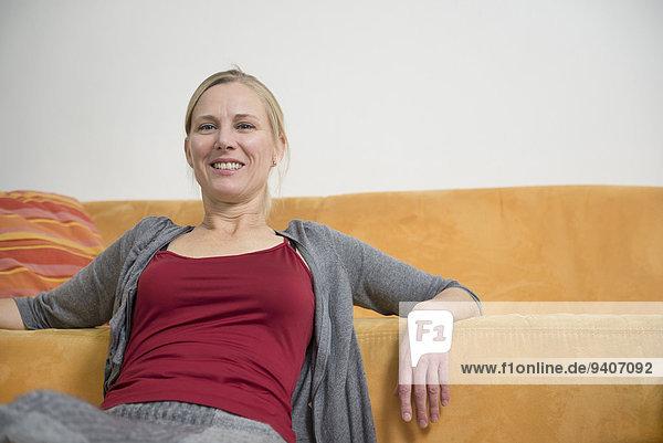 sitzend Portrait Frau lächeln reifer Erwachsene reife Erwachsene Couch