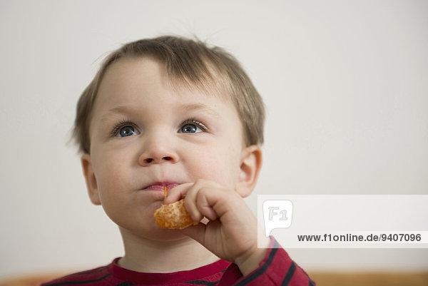 Junge - Person Mandarine essen essend isst