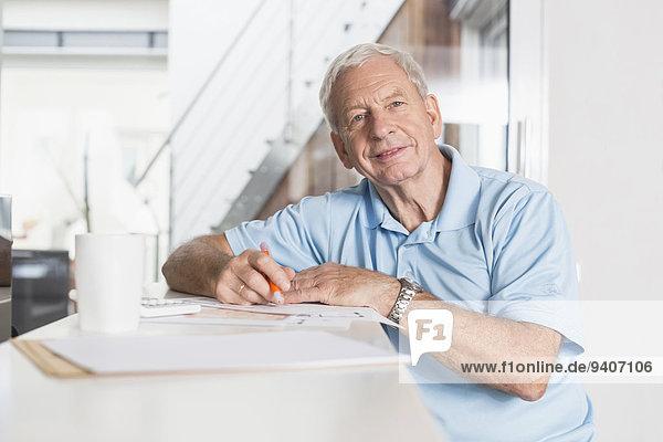 Interior zu Hause Senior Senioren Mann schreiben
