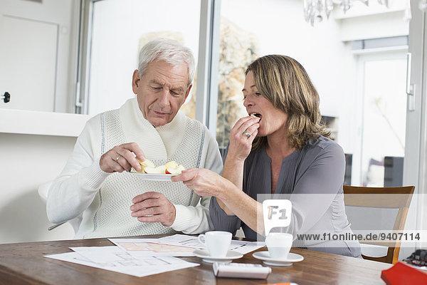 am Tisch essen essen essend isst Tisch