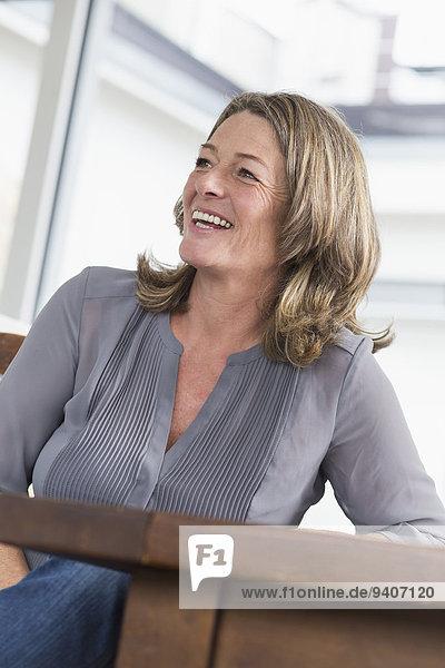 Frau lächeln reifer Erwachsene reife Erwachsene Tisch