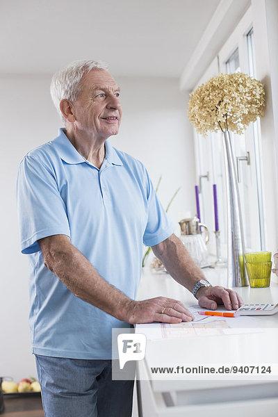 Senior Senioren Mann Fenster lächeln hinaussehen