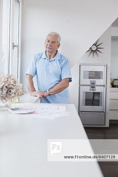 stehend Senior Senioren Mann Fenster