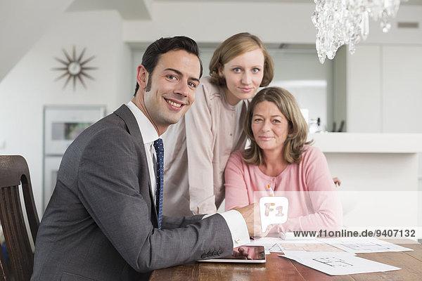 Interior zu Hause junge Frau junge Frauen Rat lächeln reifer Erwachsene reife Erwachsene