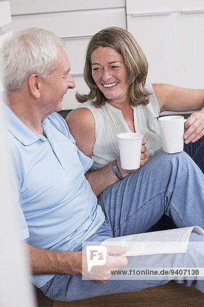 Interior zu Hause Fröhlichkeit trinken Kaffee