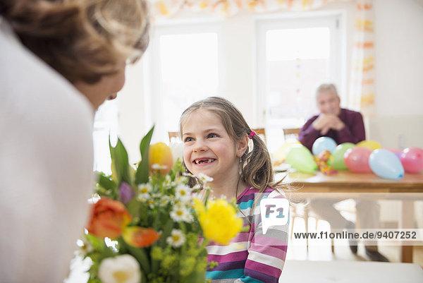 Blumenstrauß Strauß Hintergrund Enkeltochter Großmutter Großvater geben