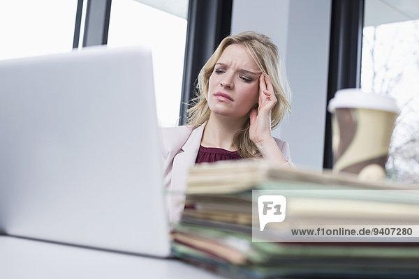 Geschäftsfrau Kopfschmerz Büro