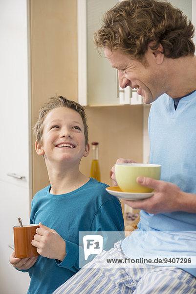 Tasse lächeln Menschlicher Vater Sohn Küche