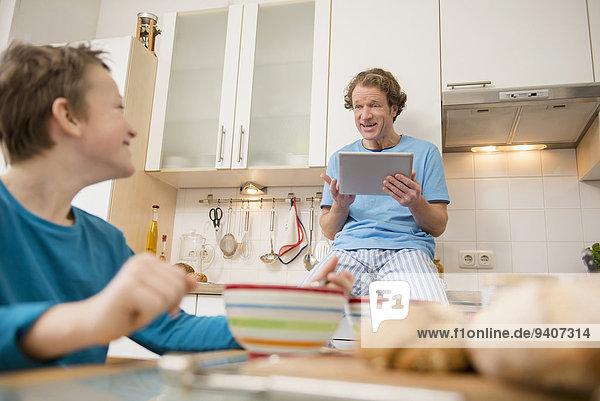 Menschlicher Vater Sohn Küche Tablet PC