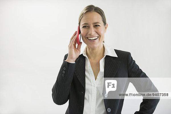 Geschäftsfrau sprechen lächeln schwarz Smartphone