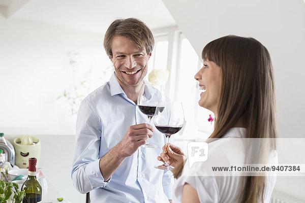 Zusammenhalt Glas lächeln Wein