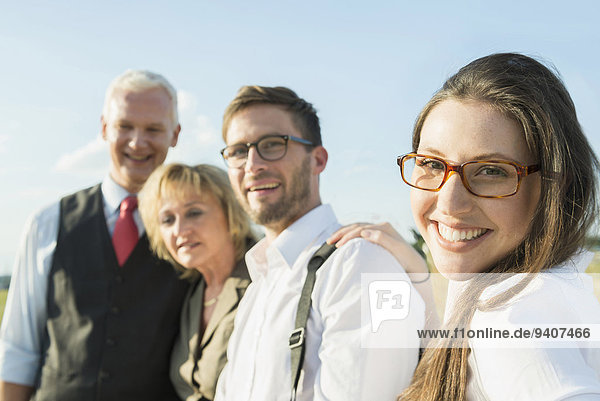 Außenaufnahme junge Frau junge Frauen Portrait Mensch Menschen lächeln 3 freie Natur