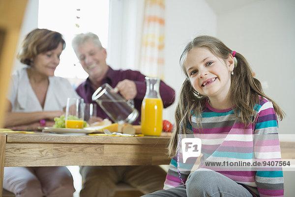 lächeln Großeltern Enkeltochter Gericht Mahlzeit