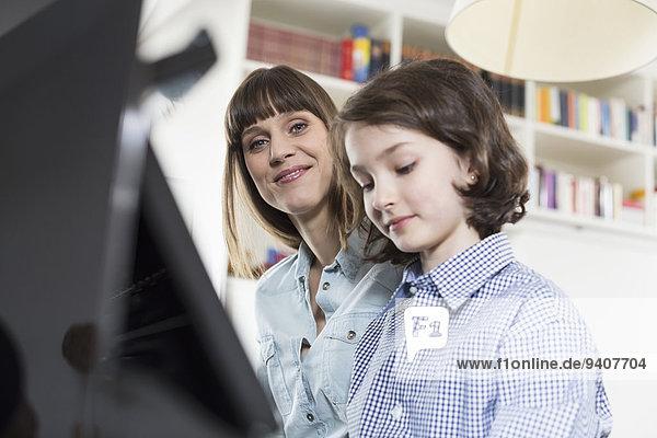 lächeln Klavier Tochter Mutter - Mensch spielen