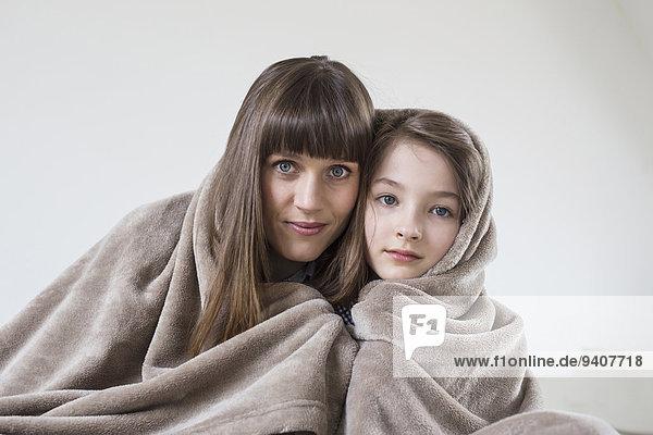 Portrait bedecken lächeln Decke Tochter Mutter - Mensch