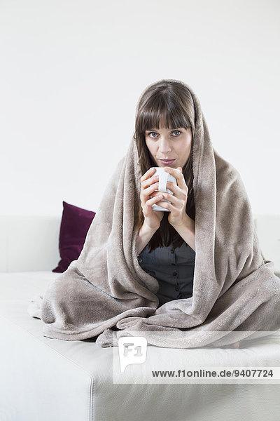 Portrait Frau bedecken Tasse Decke halten Mittelpunkt Erwachsener Tee