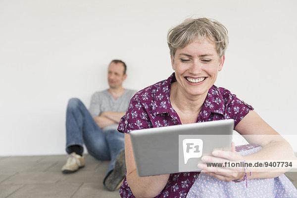 sitzend benutzen Frau Mann Hintergrund reifer Erwachsene reife Erwachsene Tablet PC
