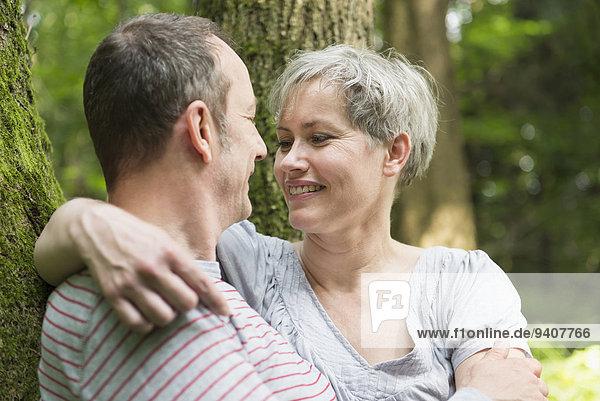 sehen lächeln Wald reifer Erwachsene reife Erwachsene