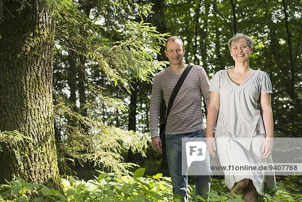 Portrait lächeln gehen Wald reifer Erwachsene reife Erwachsene