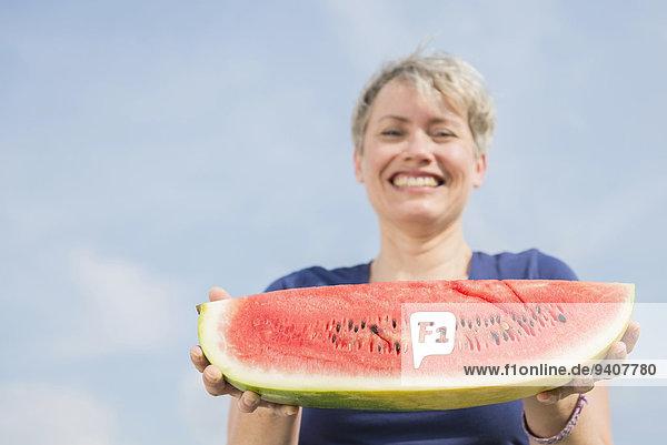 Portrait Frau lächeln halten reifer Erwachsene reife Erwachsene Wassermelone