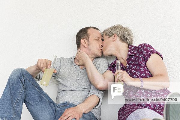 Getränk küssen reifer Erwachsene reife Erwachsene Flasche