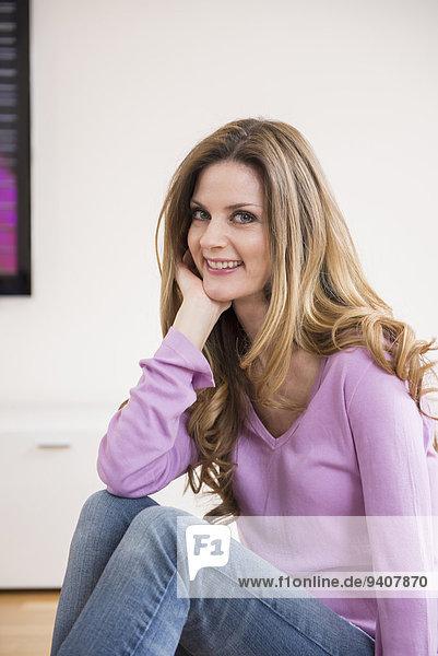 Interior zu Hause Frau lächeln reifer Erwachsene reife Erwachsene