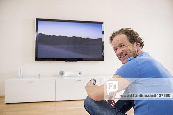 Interior zu Hause Mann sehen Fernsehen