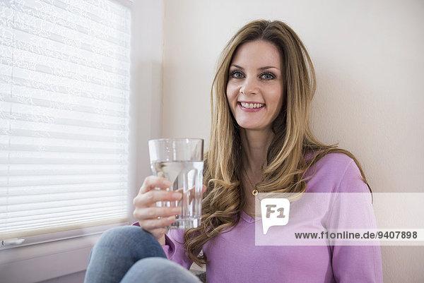 Frau Fenster Glas lächeln halten reifer Erwachsene reife Erwachsene