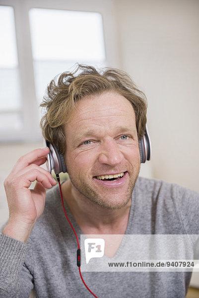 Mann zuhören lächeln Musik Klassisches Konzert Klassik