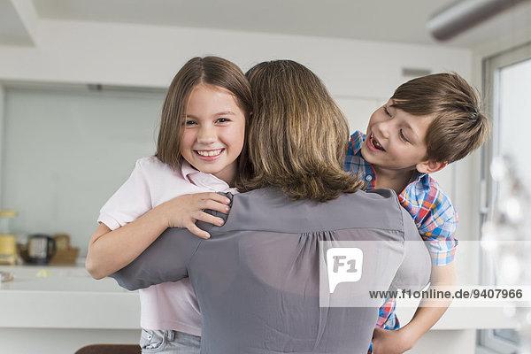 Fröhlichkeit umarmen Großmutter Enkelkind