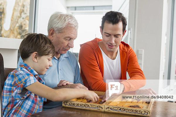 Menschlicher Vater Sohn Großvater Backgammon spielen
