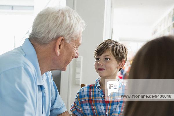 sehen lächeln Junge - Person Großvater