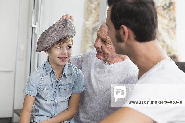 Menschlicher Vater Sohn Mütze Großvater bizarr