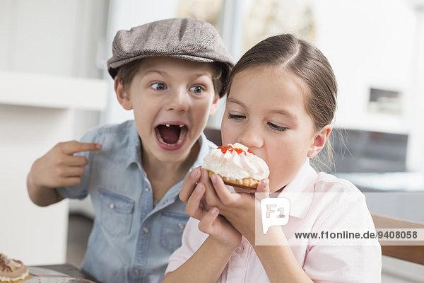 Spiel Bruder Schwester Kuchen essen essend isst