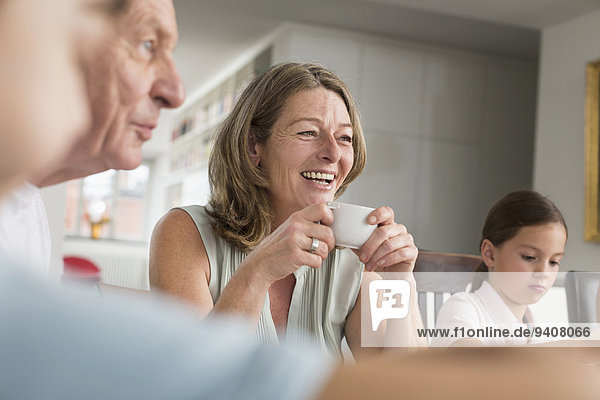Frau Tasse lächeln reifer Erwachsene reife Erwachsene umgeben Kaffee