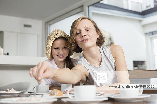 Kuchen Tochter essen essend isst Tisch Mutter - Mensch
