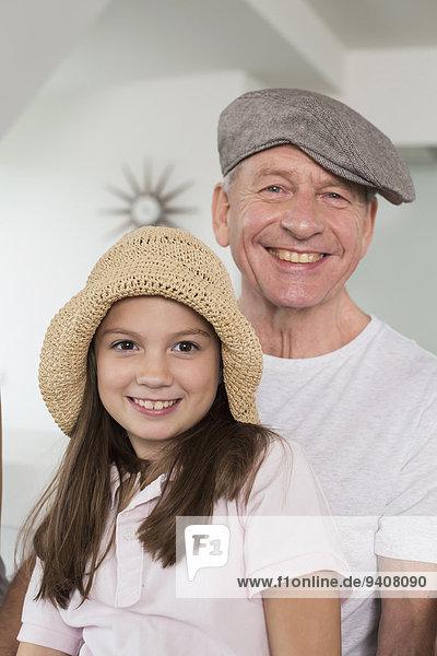 Portrait lächeln Hut Enkeltochter Großvater Kleidung