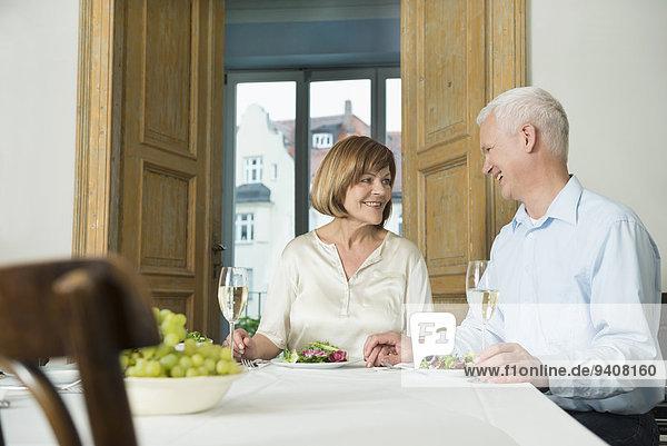sitzend sehen lächeln Tisch