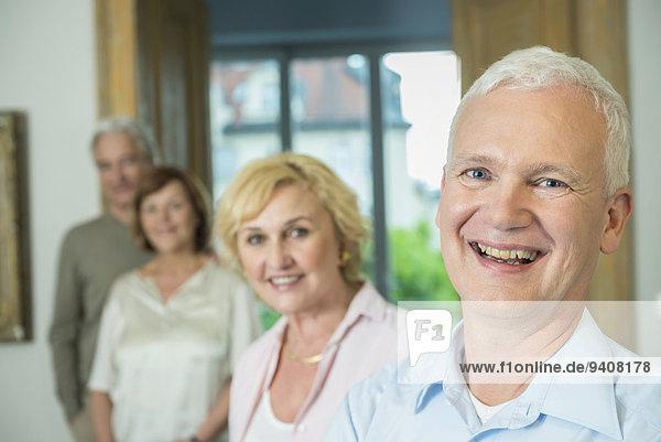 Portrait Mann Freundschaft Wohnzimmer lächeln