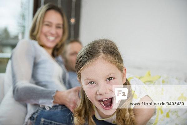 sitzend Menschliche Eltern Couch Tochter Spaß