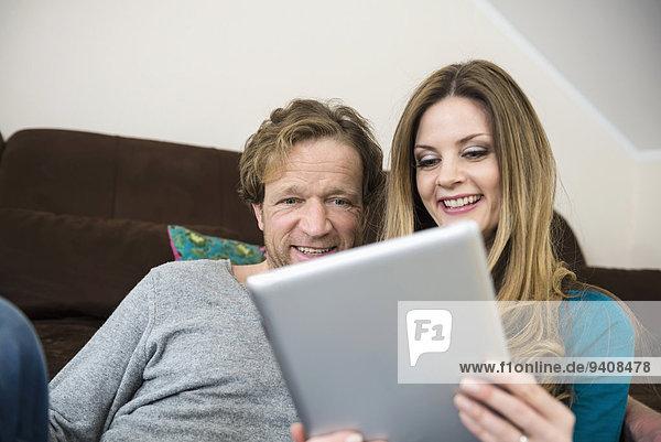 Interior zu Hause benutzen reifer Erwachsene reife Erwachsene Tablet PC