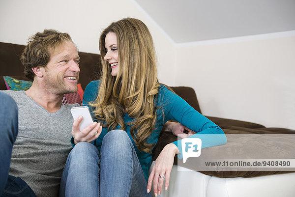 lächeln reifer Erwachsene reife Erwachsene Couch Smartphone