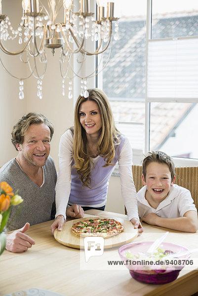 Interior zu Hause Salat Pizza essen essend isst