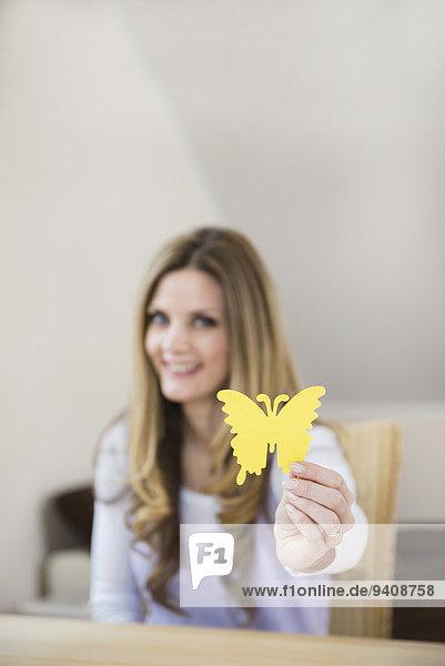 Frau Papier halten Schmetterling