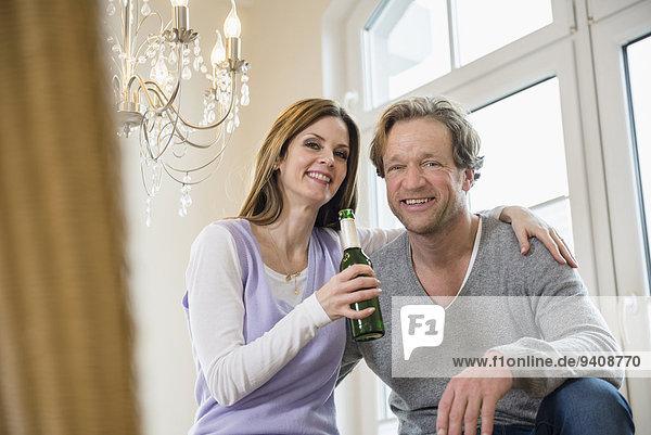 lächeln halten Bier Flasche
