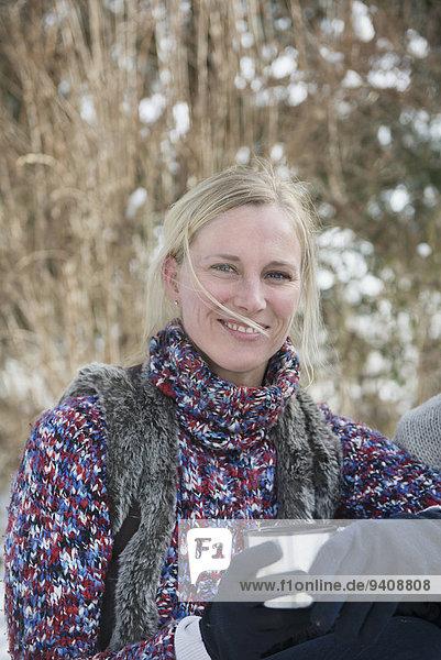 Portrait Frau lächeln Thermoskanne Kolben