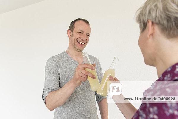 Getränk lächeln reifer Erwachsene reife Erwachsene Flasche