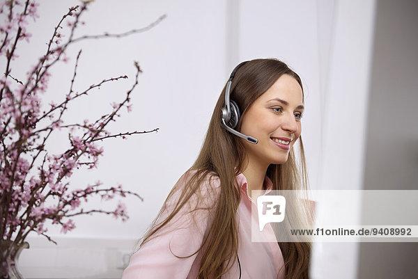 Call-Center Call Center Customer Care Center junge Frau junge Frauen Computer Headset hübsch
