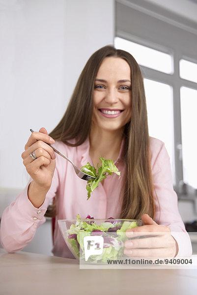 junge Frau junge Frauen Portrait Salat Büro Diät Mittagessen