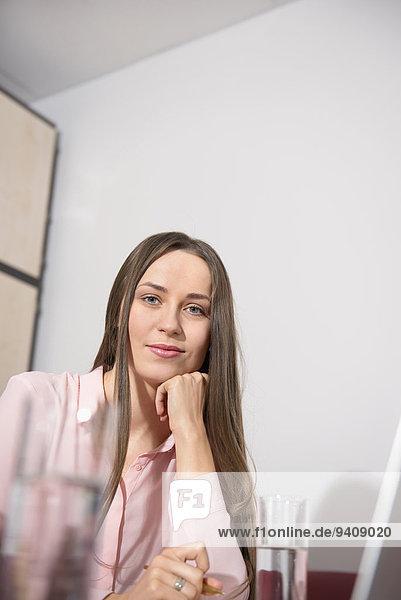 junge Frau junge Frauen Portrait Computer Büro hübsch